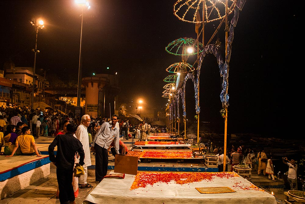Ganga Aarti Ceremony in Varanasi - Happymind Travels