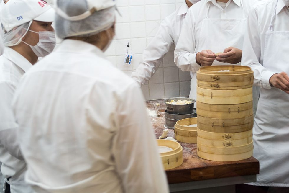 Din Tai Fung in Taipei: Cooks preparing the famous Taiwanese dumplings | Happymind Travels