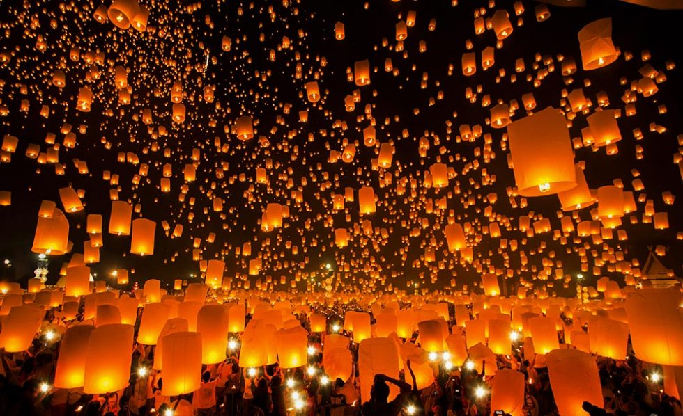 Thousands of balloons rising on New Year's Eve in Chiang Mai, Thailand | Happymind Travels