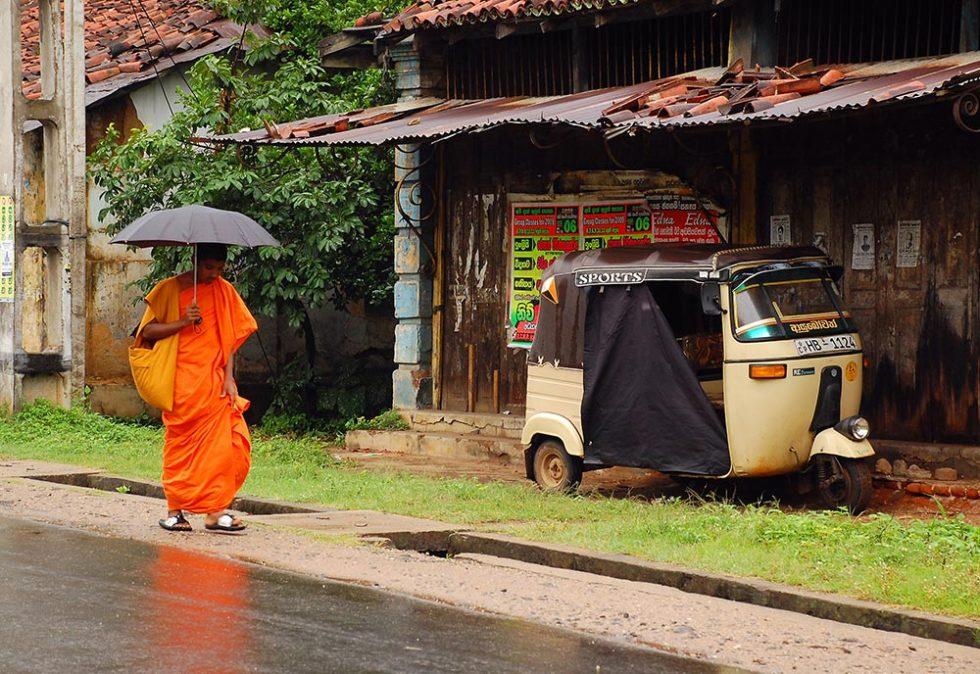 Buddhist monk through the streets in Sri Lanka during the rainy season | Happymind Travels