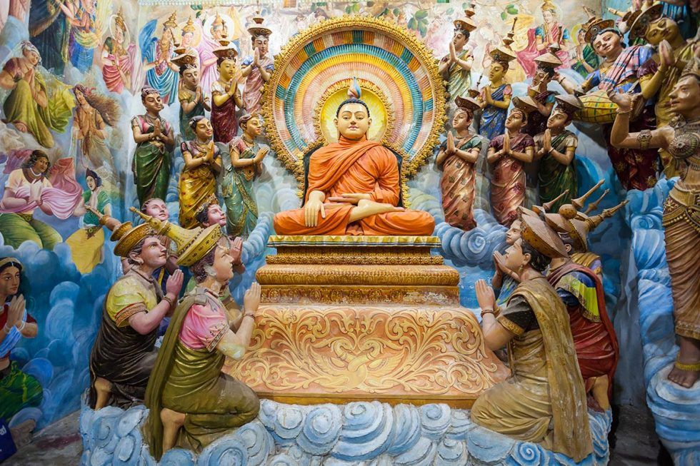 Interior do Templo Angurukaramulla em Negombo, Sri Lanka   Happymind Travels
