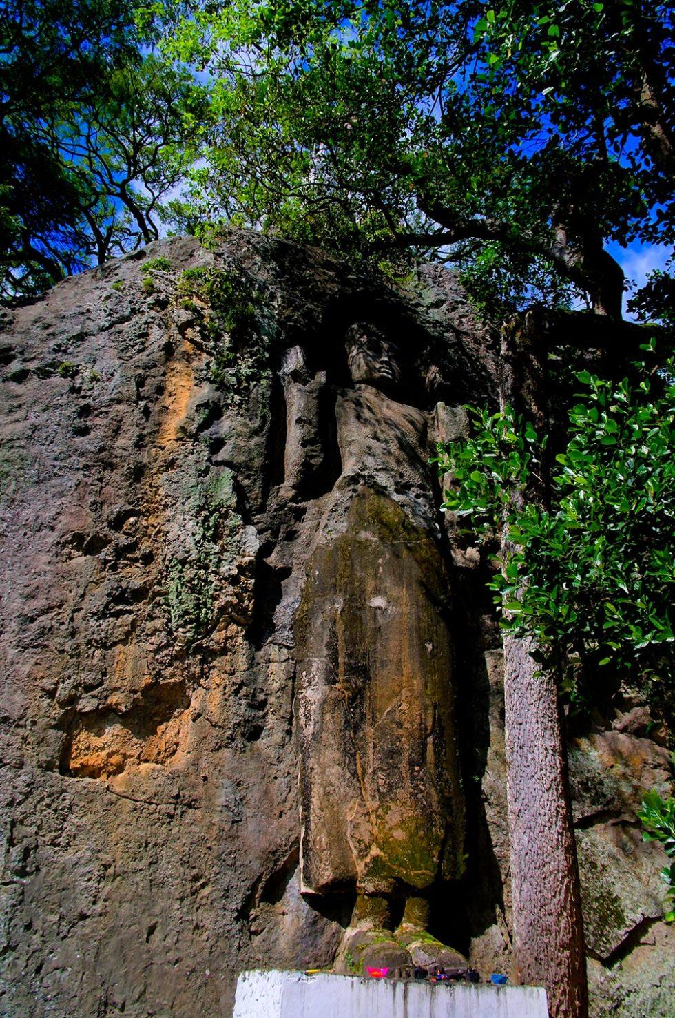 Unfinished image of Buddha at Dowa Rock Temple in Ella, Sri Lanka | Happymind Travels