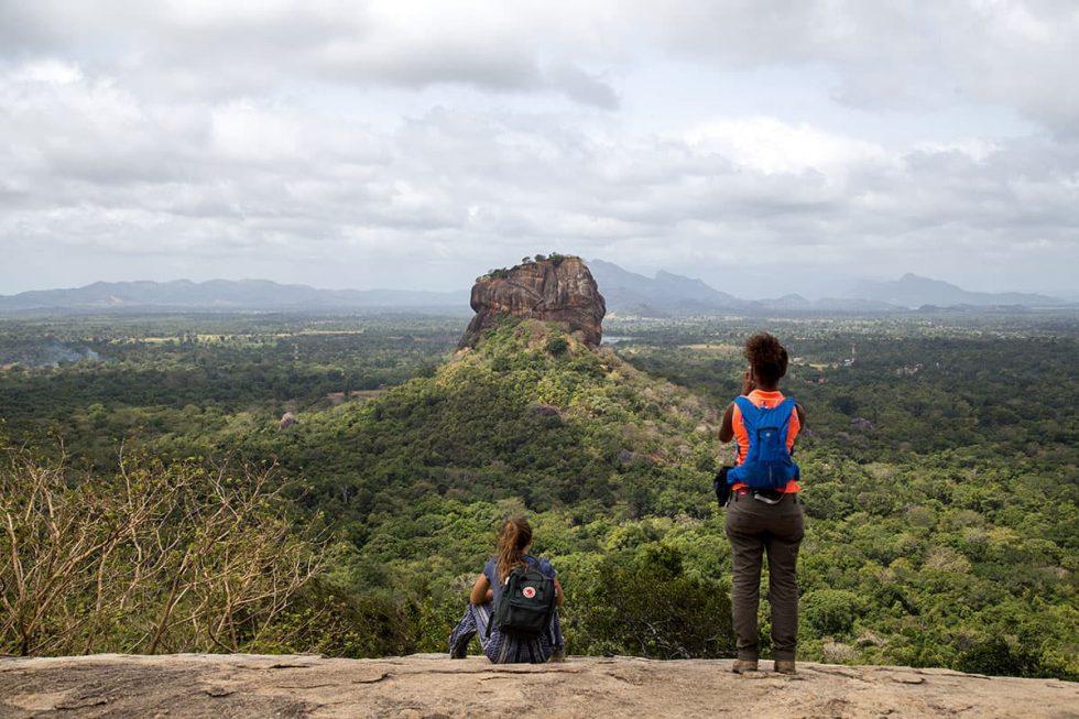 Vista  do Palácio de Sigiriya desde a Pedra de Pidurangala, Sri Lanka | Happymind Travels