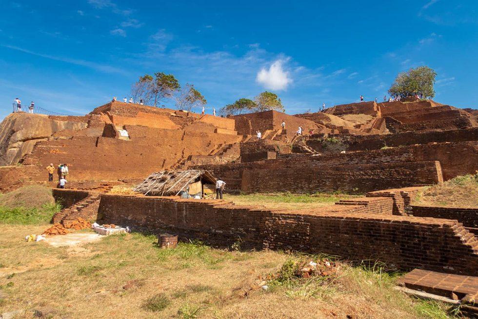 Ruínas lá no topo do Palácio de Sigiriya, Sri Lanka | Happymind Travels